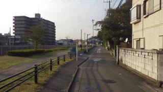 非舗装川沿い道